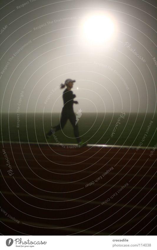nebellauf lll Frau dunkel Sport Spielen Gesundheit Treppe Nebel laufen Streifen Eisenbahn Rasen Geländer sportlich Strahlung Sport-Training mystisch