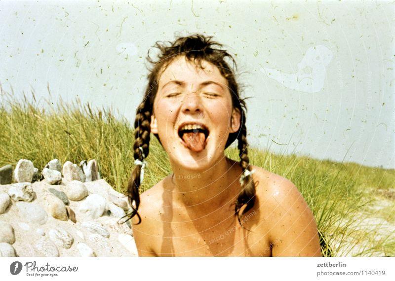 Edita, Ostsee, 1959 Frau Mädchen Junge Frau Gesicht Zunge Mund geschlossene Augen Nase Zopf Haare & Frisuren Strand Sommer Ferien & Urlaub & Reisen Gute Laune