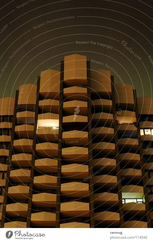Hochhaus, nachts Köln Nacht dunkel schwarz gelb Haus Gebäude Froschperspektive Wohnhochhaus Balkon Licht Einsamkeit Stadt Plattenbau ruhig Mehrfamilienhaus