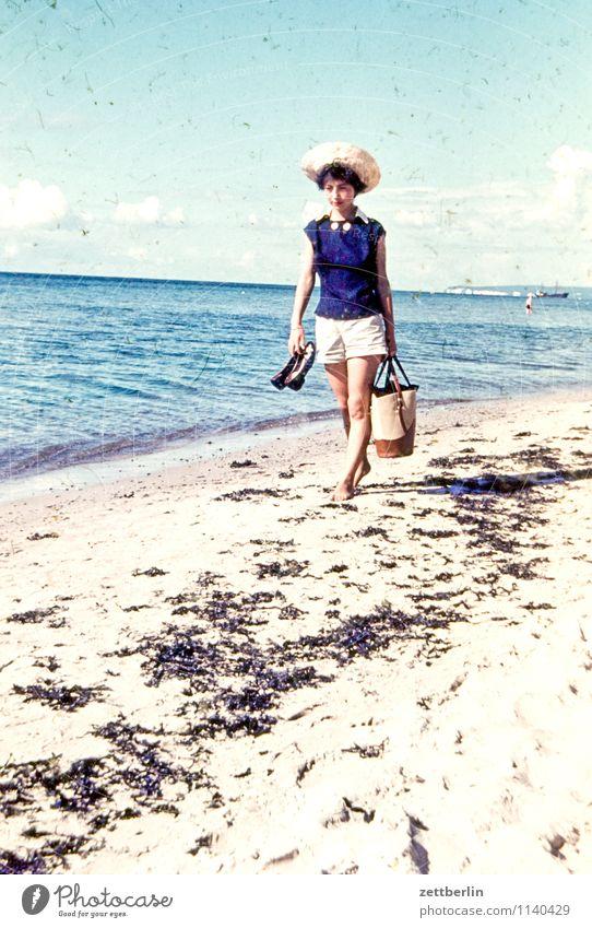 Ursel, 1959 Frau Junge Frau wandern Strand Stranddüne Strandanlage Sandburg Tourist Ferien & Urlaub & Reisen Sandstrand Meer Ostsee Vergangenheit