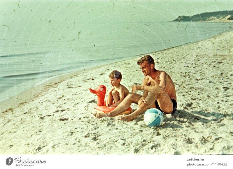 Hiddensee, 1966 Mensch Kind Ferien & Urlaub & Reisen Mann Sommer Meer Strand Ferne Junge Küste Sand Mode Zusammensein Horizont sitzen warten