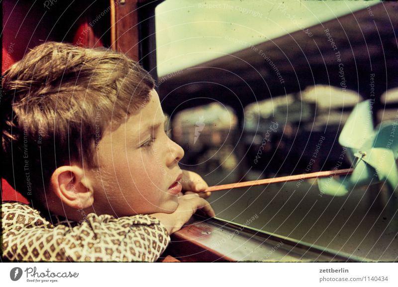 Lutz, Stralsund, 1966 Kind Schüler Gesicht Blick Fensterblick Aussicht Abteilfenster Eisenbahn Ferien & Urlaub & Reisen Reisefotografie Ohr Bahnhof Windmühle