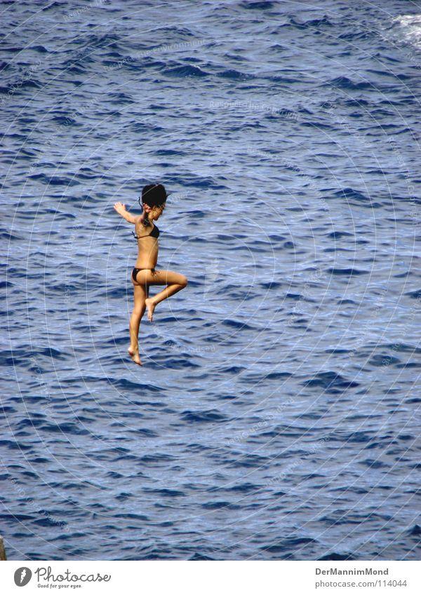 Sprung vom Himmel Frau Wasser Mädchen Meer Sport springen Spielen Freiheit Wellen Arme fliegen frei hoch Niveau tauchen Mut
