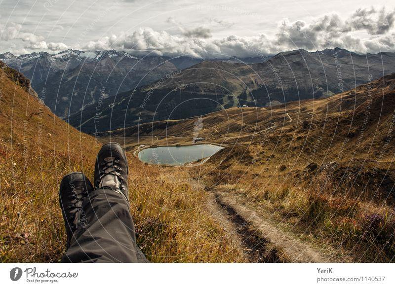 Wanderslust Ferien & Urlaub & Reisen Erholung Wolken Ferne Berge u. Gebirge Herbst Gras Wege & Pfade Freiheit Freizeit & Hobby Tourismus wandern Erfolg Schuhe