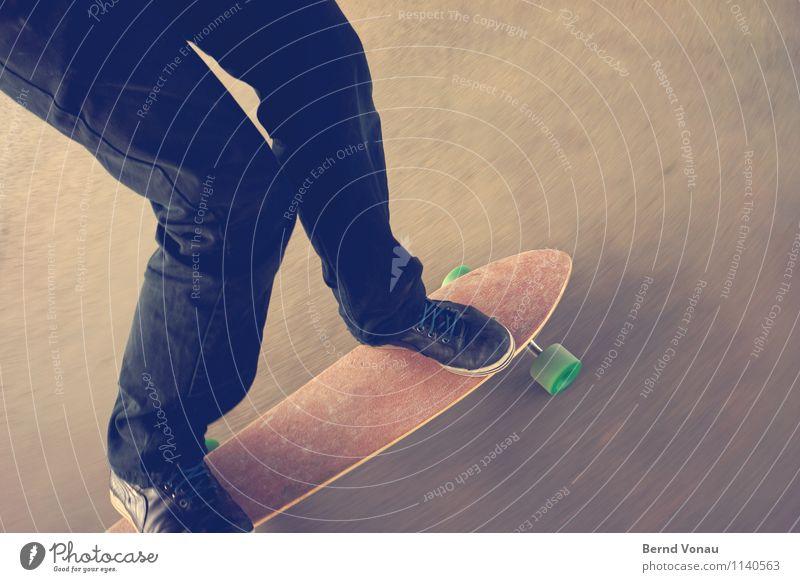 Snowboard fahren Sport Mensch maskulin Beine Fuß 1 sportlich Geschwindigkeit Schuhe Kurve Kurvenlage Rolle Rad Holz Leder Gummi Asphalt Skateboard Skateboarding