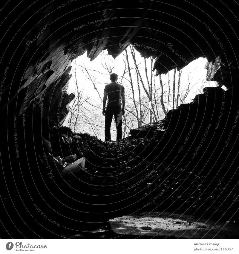 Den Weg rausgefunden?! Mann Baum Einsamkeit Wald dunkel Berge u. Gebirge Freiheit Stein Wege & Pfade hell Felsen stehen verloren finden Ausgang Höhle