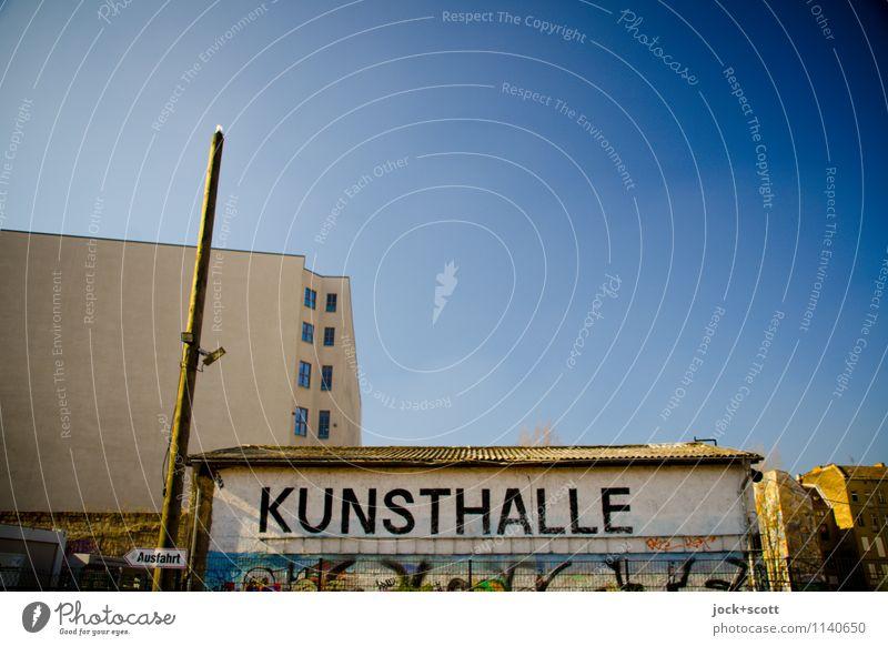 Ausfahrt Kunsthalle Stadt blau Wege & Pfade klein Ordnung Schilder & Markierungen einfach Hinweisschild Kultur Postkarte Glaube tief Wolkenloser Himmel Wort