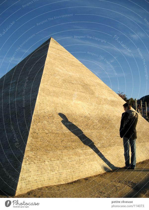 shadow of the past Mann Licht Ägypten Afrika Denken Trauer Einsamkeit Selbsterkenntnis Gedanke Ferne Gefühle Architektur Schatten Pyramide Wüste Sand Spitze