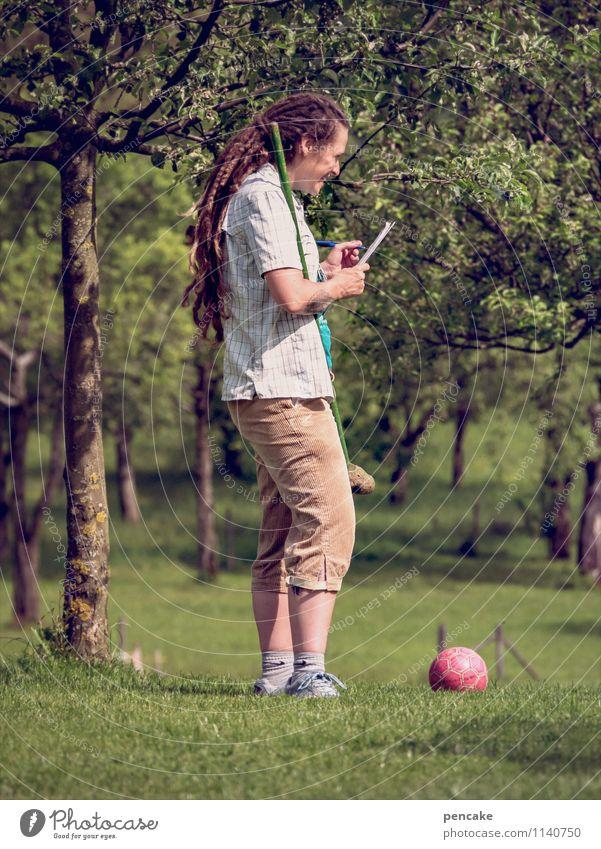 der ball ist rund Freizeit & Hobby Spielen Sommer Ball Mensch feminin Frau Erwachsene Leben 1 18-30 Jahre Jugendliche Natur Schönes Wetter Baum Garten Freude