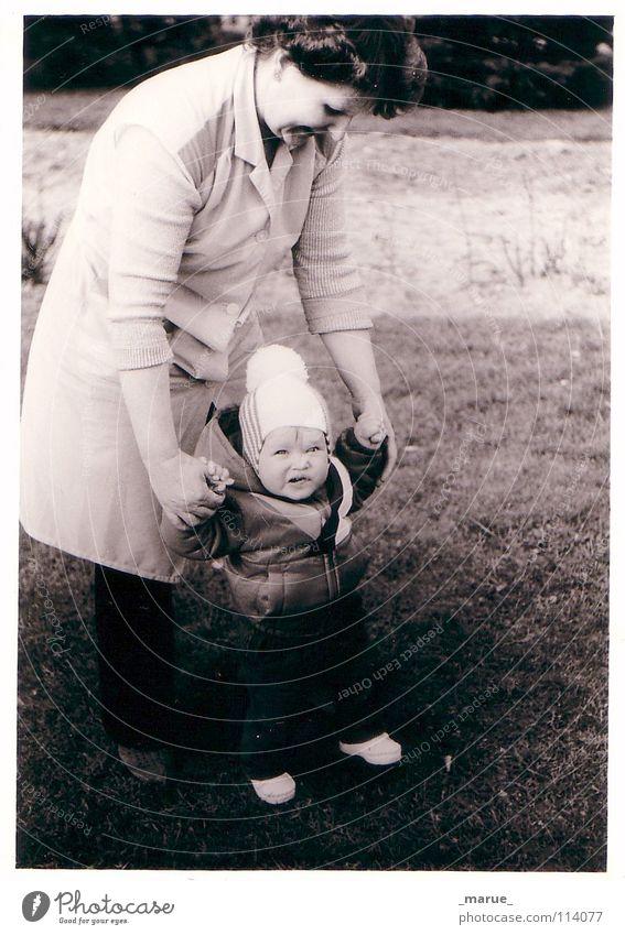 step_by_step weiß schwarz Garten Mund lustig klein gehen laufen Kraft Zähne Mutter stehen Großmutter festhalten Mütze Kleinkind