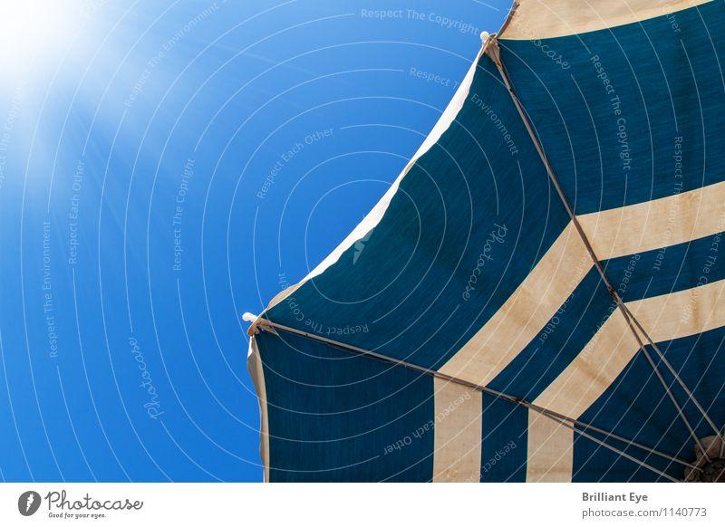 Alter Sonnenschirm im frischen Blau Lifestyle Ferien & Urlaub & Reisen Tourismus Sommer Sommerurlaub Sonnenbad Strand Energiewirtschaft Natur Wetter