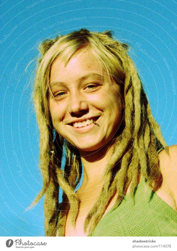 smile Frau Rastalocken blond Haare & Frisuren Reggae Stil alternativ Porträt Laune gut Fröhlichkeit Mensch lachen Funky Himmel Auge Mund Nase