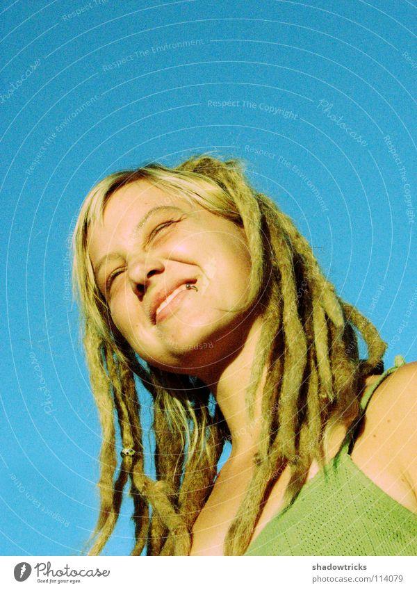 Der Sonne ein Lächeln Frau Rastalocken blond Haare & Frisuren Reggae Stil alternativ Porträt Laune gut Fröhlichkeit Mensch lachen Funky Himmel Mund Nase