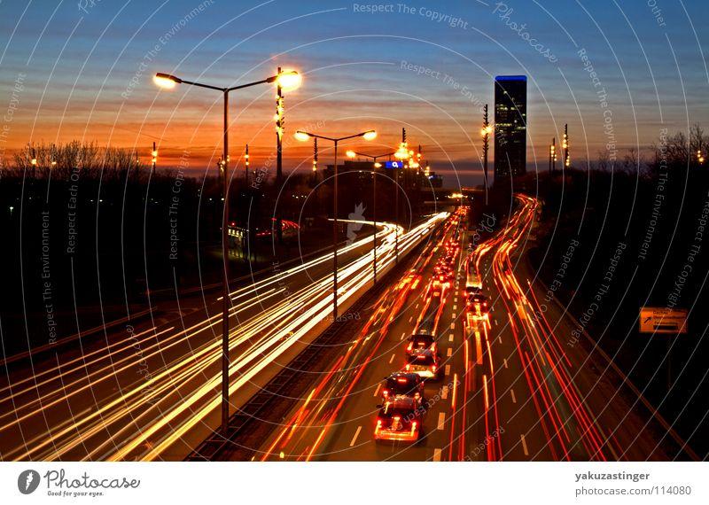 Olympischer Abend Sonnenuntergang Hochhaus Schnellstraße Laterne Verkehrsstau rot Smog Ozon München PKW Strichspuren Zirruswolken orange blau Klima