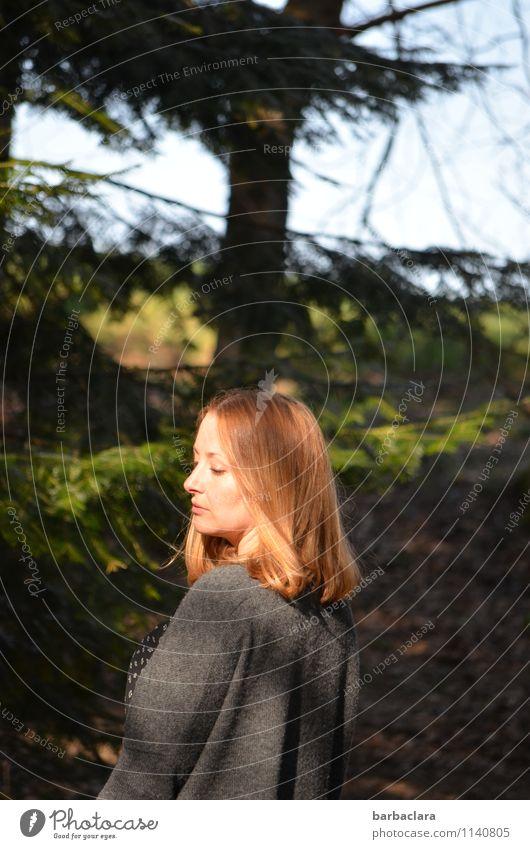 Lust auf Waldluft Mensch Frau Natur Sonne Baum Erholung Landschaft Erwachsene Frühling Gefühle feminin Stimmung Zufriedenheit blond stehen