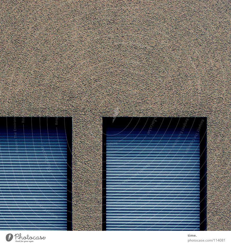 Das Haus will jetzt schlafen, beschließt Lukas ruhig Mauer Wand Fenster einfach blau Sicherheit Langeweile Rollladen Jalousie Putz geschlossen streng simpel