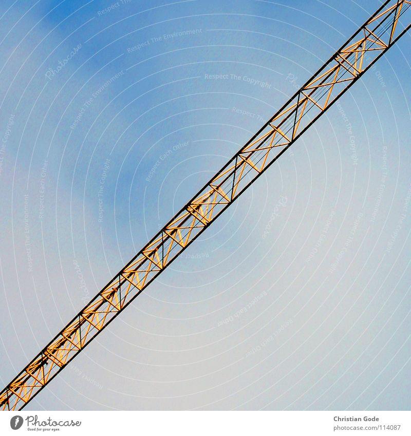 Diagonalkran Himmel blau gelb Stein Mauer Wetter Arbeit & Erwerbstätigkeit hoch Hochhaus Baustelle Lastwagen Ladengeschäft Handwerk Kran bauen Bauarbeiter