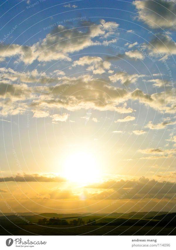 Into the sun Natur schön Himmel Sonne blau Wolken Wald Berge u. Gebirge Freiheit Landschaft hell Ende Hügel Strahlung vergangen Abenddämmerung