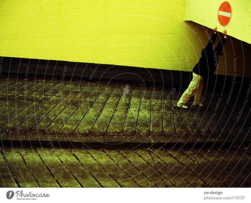 HUMAN TRAFFIC Mensch Mann rot gelb Straße Farbe dunkel Wand Denken warten Schilder & Markierungen KFZ Filmindustrie stehen Körperhaltung