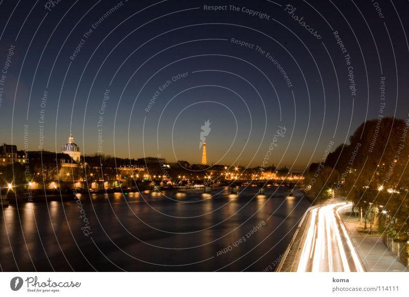 Stromfluss Paris Tour d'Eiffel Seine Dämmerung Stadt Licht Sonnenuntergang Verkehr Romantik Frankreich Wahrzeichen Denkmal Perspektive Skyline PKW Fluss Kitsch