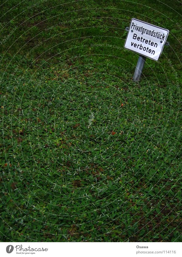 Privatsphäre Verbote Verbotsschild Wiese grün Gras weiß Grundstück privat Grünfläche Freiraum Hinweisschild Kommunizieren Warnhinweis Warnschild