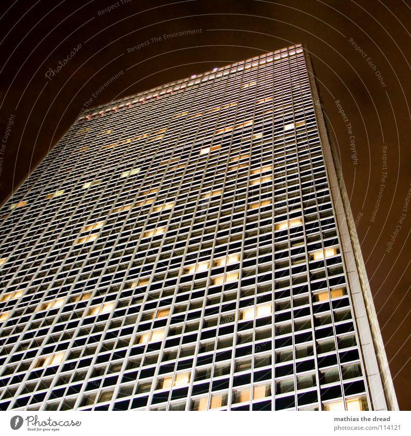 licht an, licht aus Haus Hochhaus groß Hotel Berlin-Mitte Alexanderplatz Fassade Licht Kunstlicht Fenster dunkel gelb mystisch fantastisch Macht mehrere