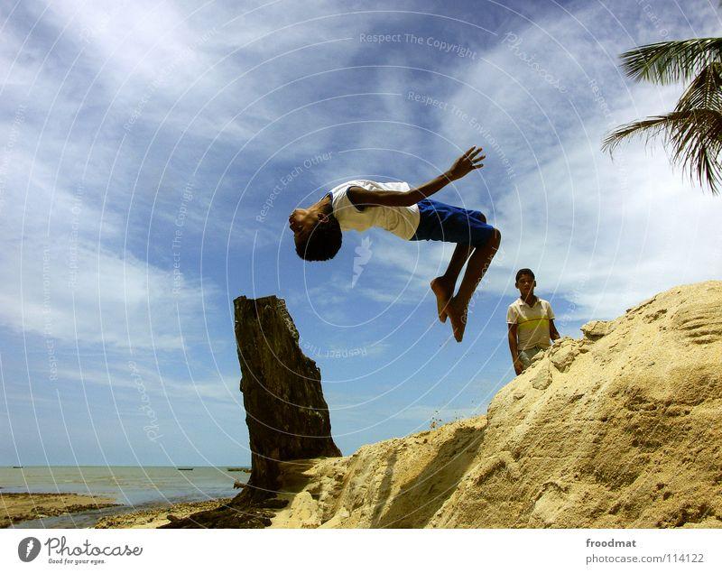 flyin capoeira kids Brasilien Strand Meer Palme Ferien & Urlaub & Reisen Lebensfreude Salto gefroren Wasserfahrzeug lässig Luft Ausgelassenheit Sport