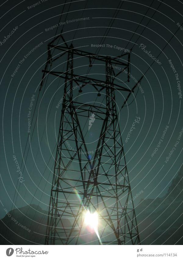 Zwei Energieformen Elektrizität Sonnenenergie Sonnenstrahlen Strommast notwendig groß Telekommunikation Energiewirtschaft Beleuchtung Kabel blau