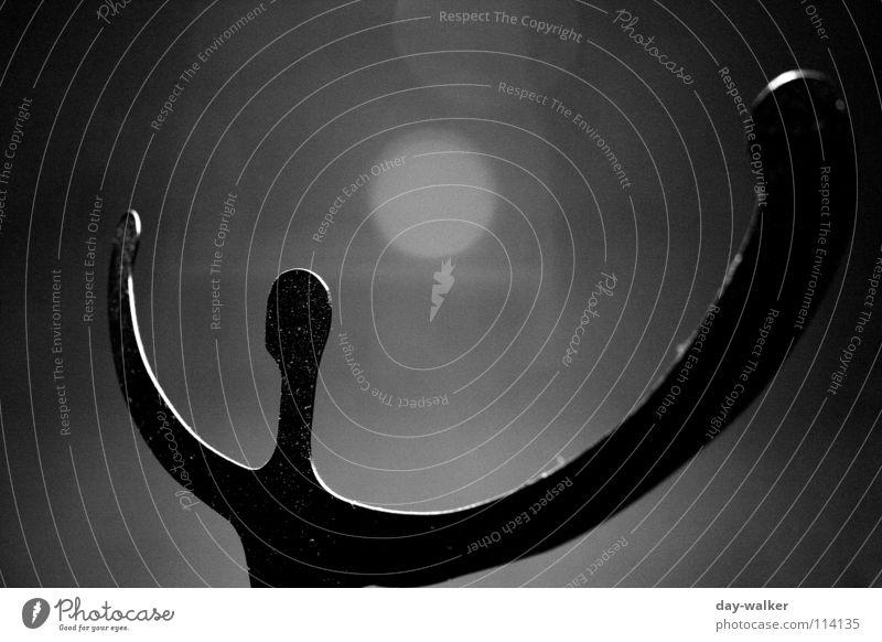 Im Rampenlicht dunkel Metall Statue Belichtung Fantasygeschichte Monochrom
