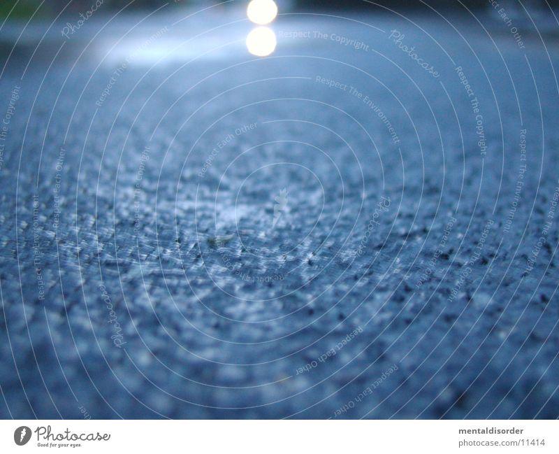 nasser Asphalt Wasser blau Straße Regen Verkehr liegen Scheinwerfer Fahrbahn Brennpunkt Hupe