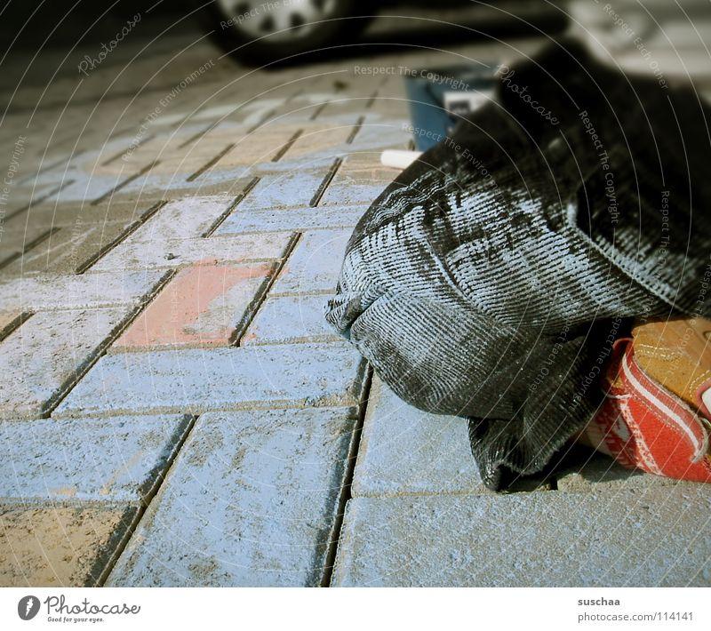 da wars noch schön .. blau Straße Farbe Schuhe Beine dreckig streichen Hose Backstein Bürgersteig Verkehrswege Kleinkind Kreide knien