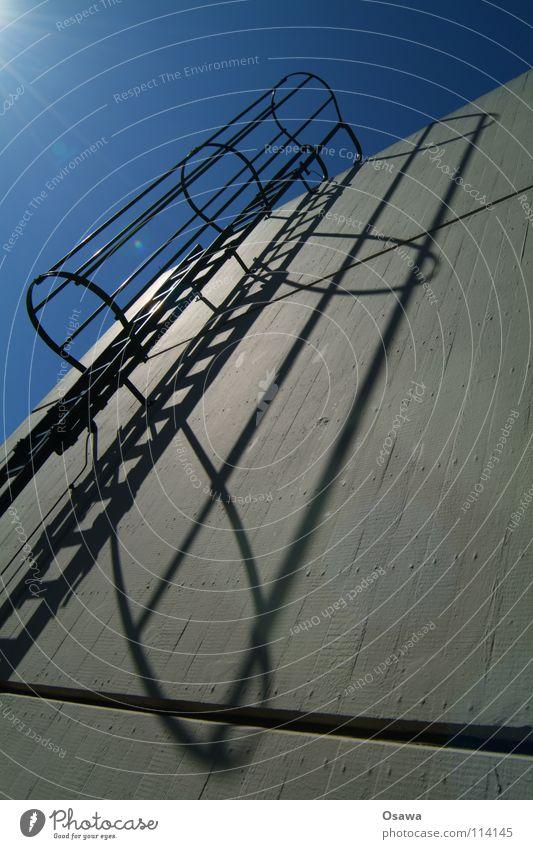 sicher nach oben Himmel blau Einsamkeit Wand grau Mauer Gebäude Beton Sicherheit Macht gefährlich Spitze Gipfel Top Leiter