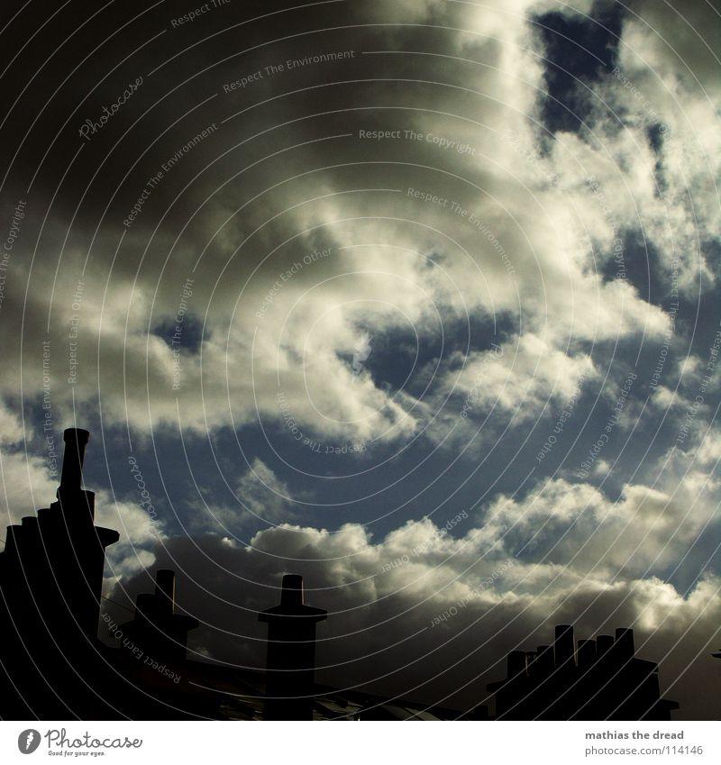 muss raus Wolken schlechtes Wetter weiß grau dunkel bedrohlich Dach Backstein schwarz Silhouette Menschenleer Gebäude Haus Ferne Himmel blau ziehen vorbei