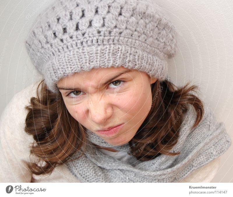 komm doch ma' von deinem thron 'runter Mädchen schön Wut brünett Ärger langhaarig Schal Anschnitt Haarsträhne negativ kindisch abweisend dunkelhaarig Wollmütze