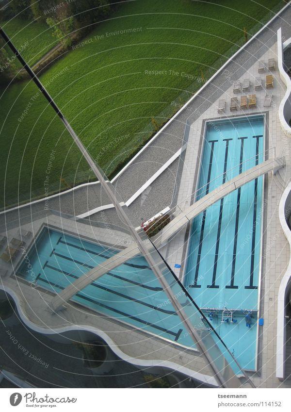 Pool-Origami Schwimmbad Steg Reflexion & Spiegelung Wand Gras grün Erholung Wellness Architektur Wassersport Eisenbahn blau Brücke Reflektion Glas Sport