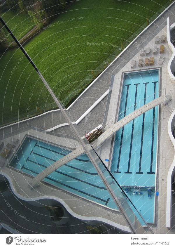 Pool-Origami Wasser grün blau Sport Erholung Wand Gras Mauer Architektur Glas Eisenbahn Brücke Wellness Schwimmbad Steg