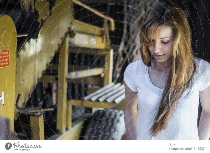 pZ2 l hier sein Landwirtschaft Forstwirtschaft Maschine feminin Junge Frau Jugendliche Erwachsene Leben 1 Mensch 18-30 Jahre langhaarig beobachten stehen