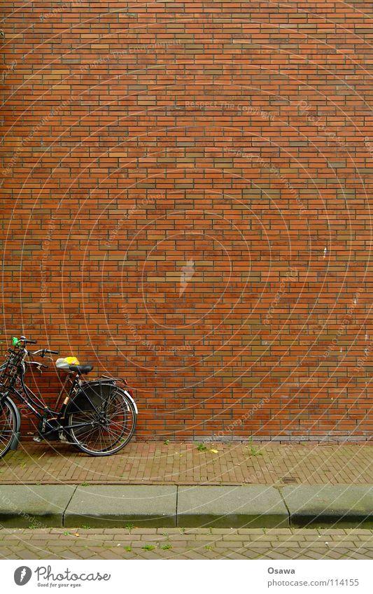 Fahrräder mit PC Cut Haus Straße Wand Stein Mauer Gebäude Fahrrad Verkehr Backstein Bürgersteig parken Raster Fuge anlehnen