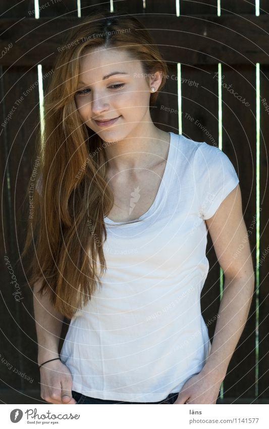 pZ2 l zufriedenheit Mensch Frau Jugendliche schön Junge Frau Erholung ruhig 18-30 Jahre Erwachsene Wand feminin Mauer Glück Zufriedenheit authentisch stehen