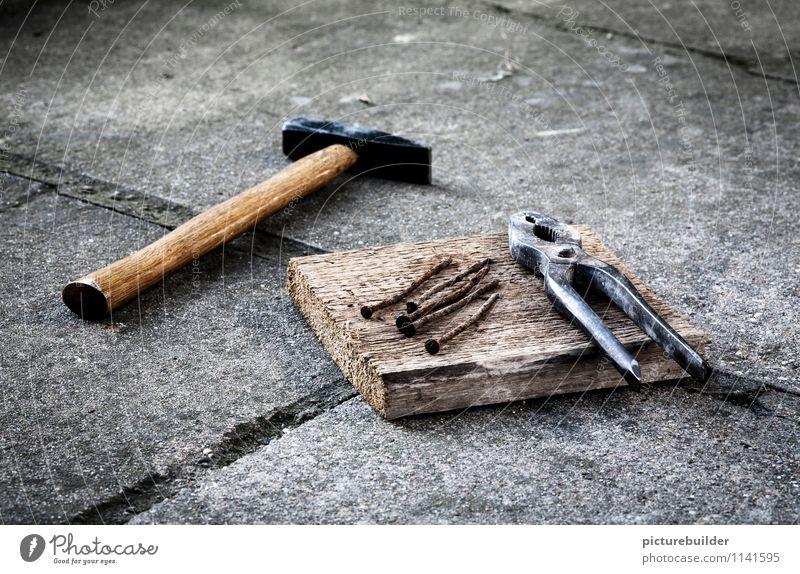 Altes Eisen Basteln heimwerken Hausbau Handwerker Baustelle Hammer Zange Nagel Beton Holz Metall bauen alt Tatkraft Gedeckte Farben Außenaufnahme