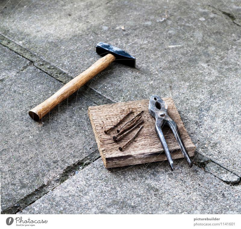 es ist angerichtet heimwerken Handwerker Baustelle Hammer Zange Nagel Konzert Werkzeug Beton Holz Metall alt Senior Farbfoto Außenaufnahme Textfreiraum oben