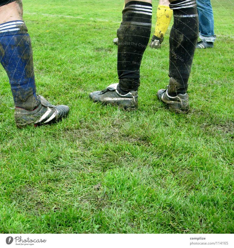 Hey Sportsfreund! Mann Wolken Wiese sprechen Sport Spielen Bewegung Gras Linie Regen Schuhe dreckig Freizeit & Hobby Fußball Platz Pause
