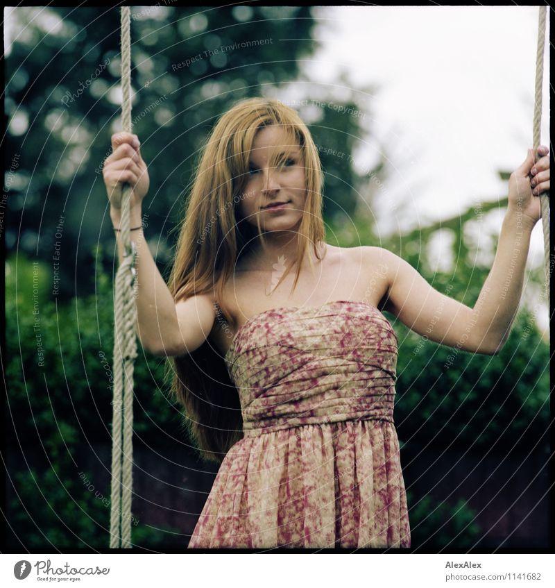 pZ2 | kurze Bedenkzeit Schaukel schaukeln Garten Fitness Sport-Training Junge Frau Jugendliche 18-30 Jahre Erwachsene Landschaft Schönes Wetter Baum Kleid