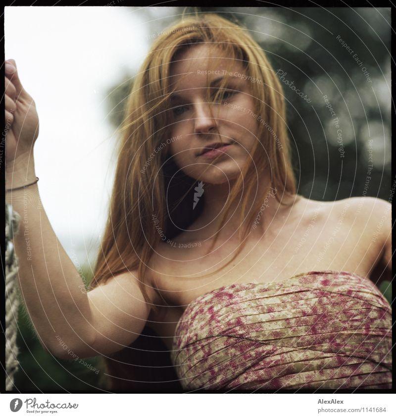 pZ2   Vici Spielen Garten Junge Frau Jugendliche Gesicht 18-30 Jahre Erwachsene Schönes Wetter Pflanze Kleid brünett langhaarig Seil beobachten Blick ästhetisch