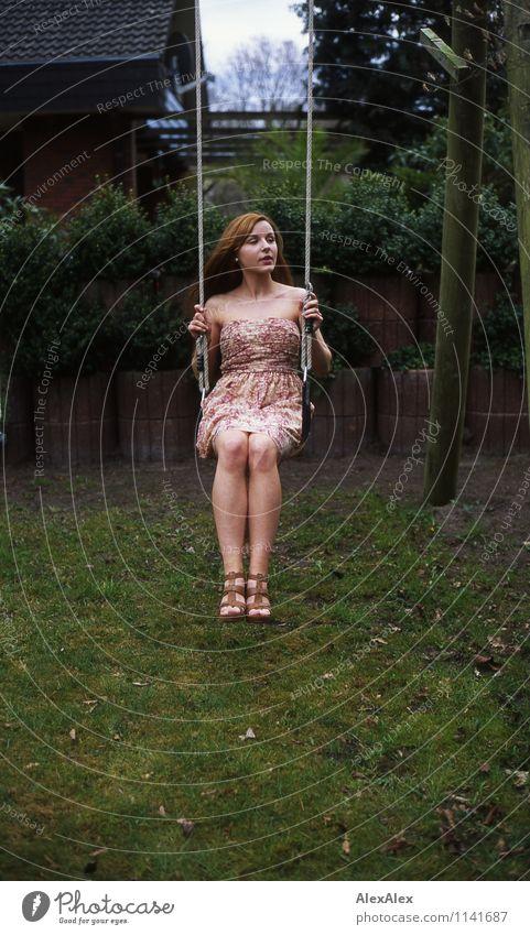 pZ2 | Vici schwingt Schaukel schaukeln Haus Garten Junge Frau Jugendliche Körper Beine 18-30 Jahre Erwachsene Schönes Wetter Baum Sträucher Kleid brünett