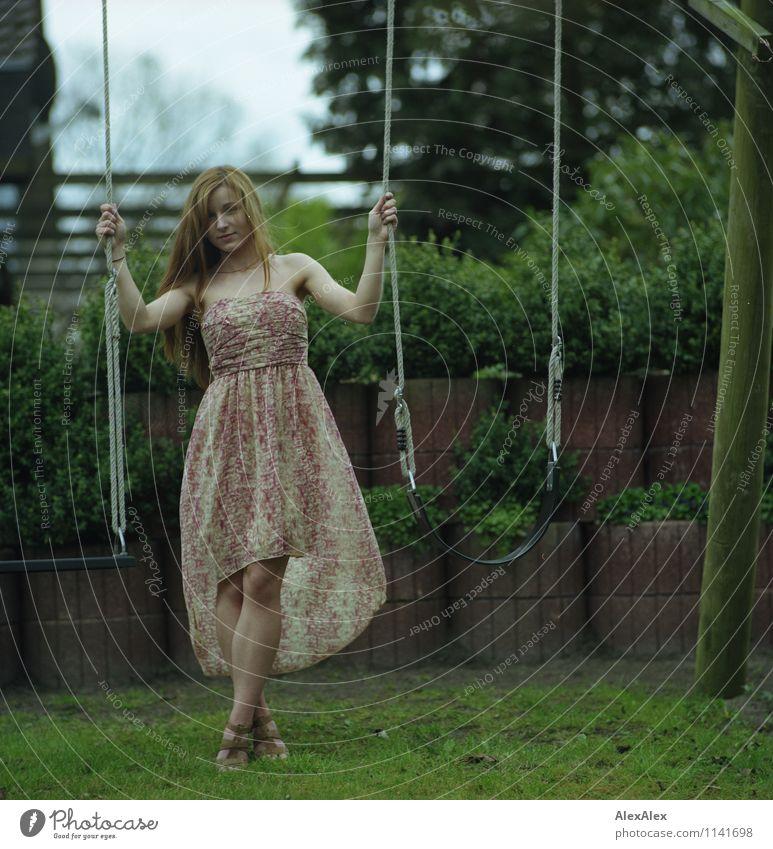 pZ2 | Vici Spielen Garten Junge Frau Jugendliche Körper Beine 18-30 Jahre Erwachsene Schönes Wetter Baum Sträucher Kleid Sandale brünett langhaarig Schaukel