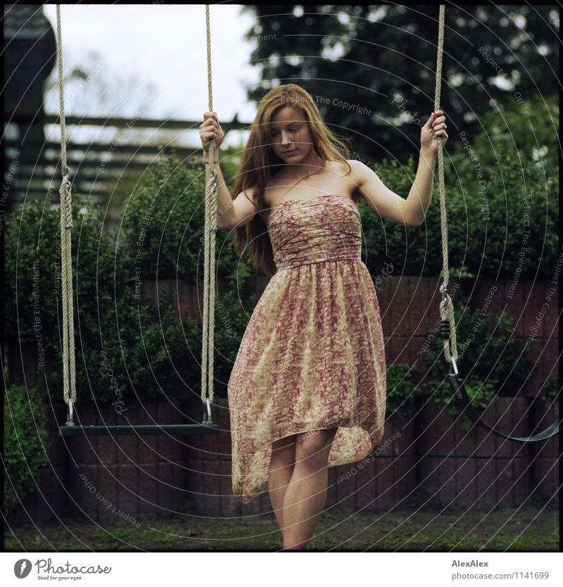 pZ2 | früher Sommer Jugendliche schön Junge Frau Baum Landschaft 18-30 Jahre Erwachsene Frühling natürlich Garten Beine Idylle Körper Sträucher ästhetisch