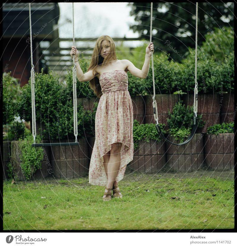pZ2 | Vici im Garten Spielen Junge Frau Jugendliche Körper Beine 18-30 Jahre Erwachsene Schönes Wetter Baum Sträucher Kleid brünett langhaarig Schaukel