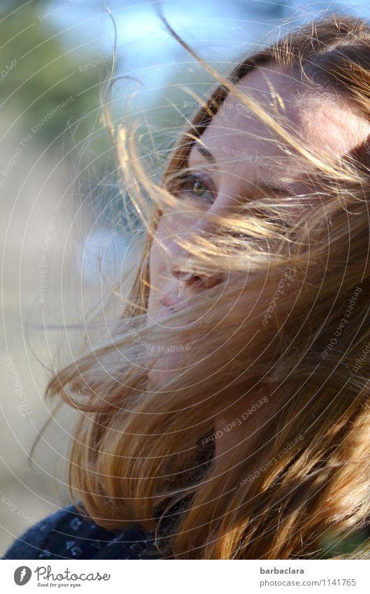 windig | vom Winde verweht Mensch feminin Frau Erwachsene Kopf 1 Umwelt Wasser Sonne Klima blond langhaarig Gefühle Lebensfreude Bewegung Freiheit Gesundheit