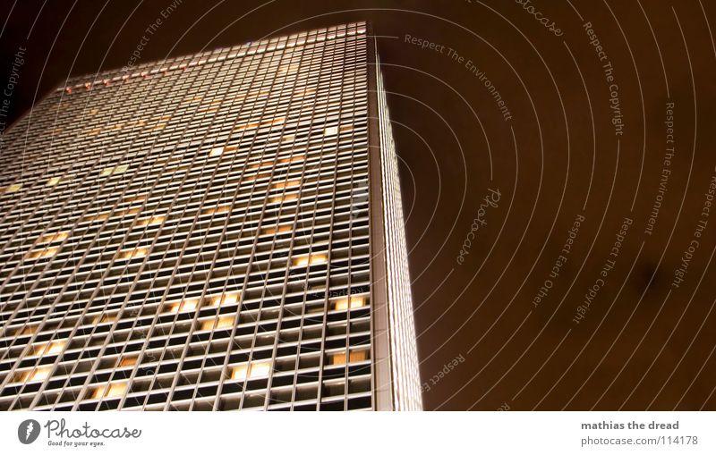 licht an, licht aus II Haus Hochhaus groß Hotel Berlin-Mitte Alexanderplatz Fassade Licht Kunstlicht Fenster dunkel gelb mystisch fantastisch Macht mehrere